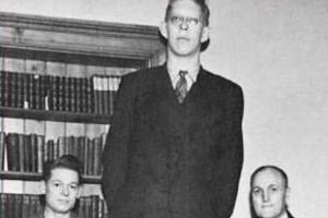 世界上最高的人:美国人罗伯特·沃德洛身高2.72米
