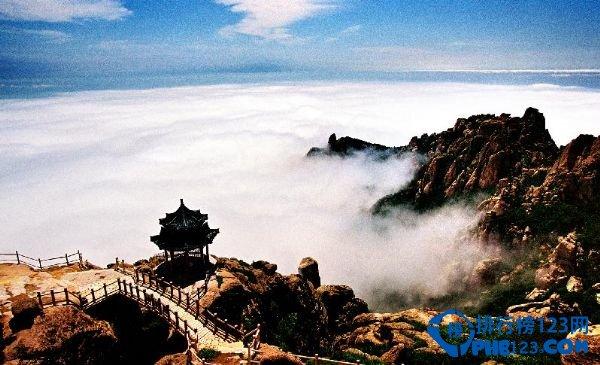"""推荐指数:5颗星 AAAAA级景点 景点介绍:崂山古称牢山、劳山。坐落在山东半岛的东南,西靠青岛,东南两面濒临黄海。面积386平方公里,崂顶巨峰,海拔1,133米。既是中国道教名山,又是著名的避暑游览胜地。 景点必玩:崂山景区包括太清宫、太平宫、北九水、华楼宫、鹤山和崂顶巨峰等景区与景点。奇峰怪石,满山遍布,如狮子峰、绵羊石等。人称峻山的石峰是""""天然的花岗岩群雕""""。由于临海,山色海波相映,形成了紫霞云海乃至""""海市蜃楼""""的奇特景象。再加上闻名天下的崂山泉水,"""